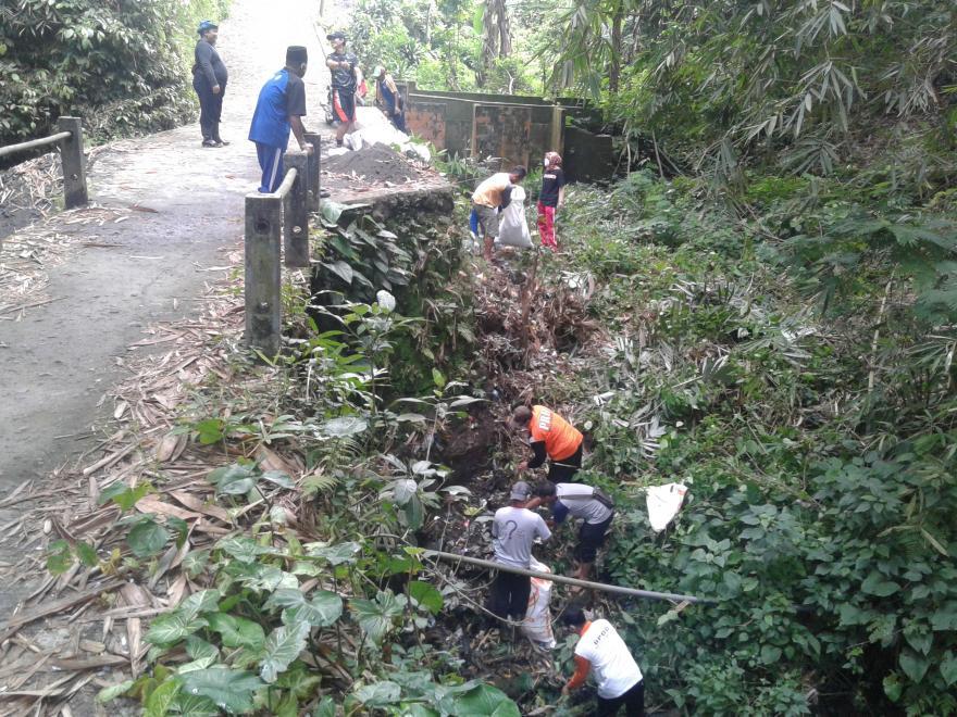 Image : Pemdes Desa Dukun Turun Tangan Langsung Pungut Sampah Di Sungai Kretegan Dusun Tegalsari