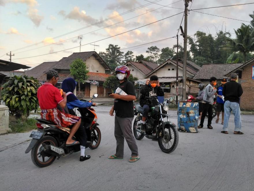 Image : Pemdes dan OPRB Desa Dukun Bersama BPBD Kabupaten dan Provinsi, TNI, Tagana Membagikan Masker Bersam